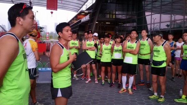 Briefing the pacers and runners before the run. (Photo: RUN350).