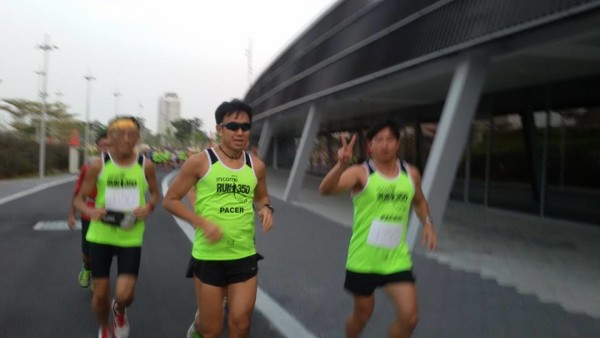 Pacers strike a pose for the camera as they run. (Photo: RUN350).