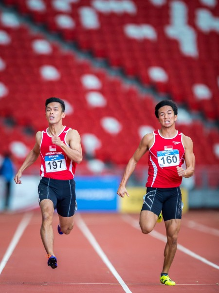 Kang (right) and Singaporean team mate Lee Cheng Wei at the 77th Singapore Open Track & Field Championships in 2015.