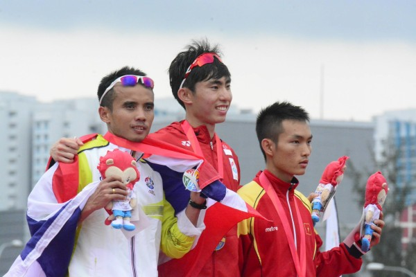 Soh (centre) appeared to have run a perfect race at the SEA Games marathon. Photo by: Fabian Williams Coaching Concepts.