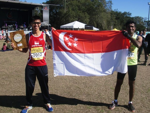 Coach Rameshon and marathoner Ashley Liew representing Singapore with pride at the New Orleans Rock 'n' Roll Marathon 2015 (flag courtesy of the organizers)