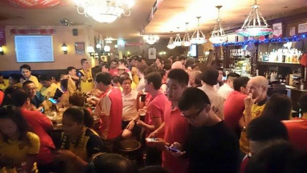 Molly Roffey's is packed to the brim. Photo by: Arsenal Singapore.