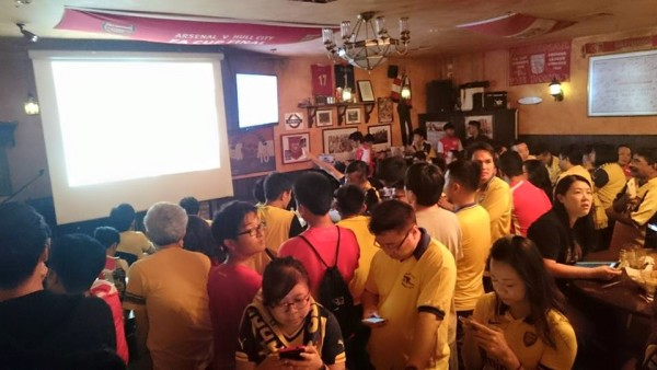 A different angle of the throngs of supporters. Photo by: Arsenal Singapore.