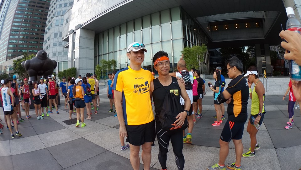 Runners pose for selfies with Gen Yasuda. [Photo: Facebook/Melvin Tan]