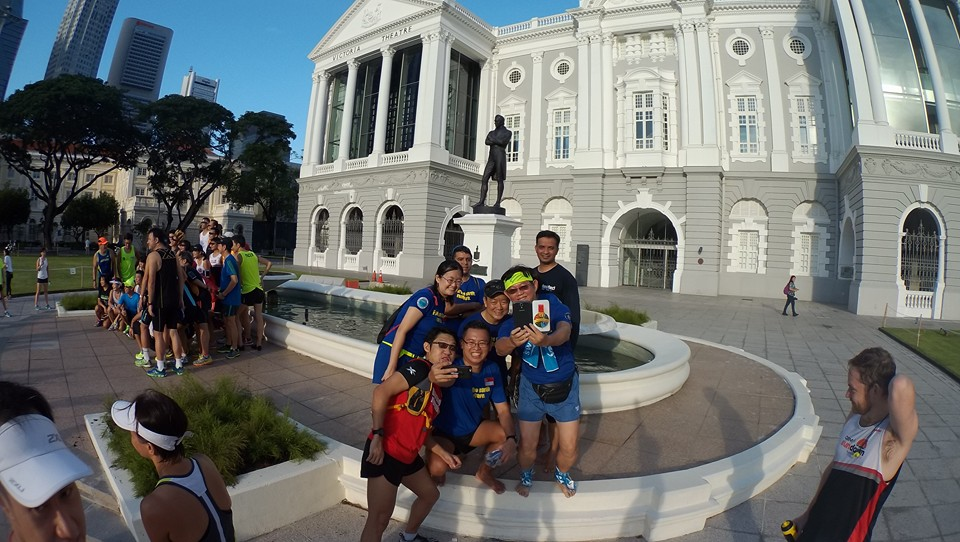 Runners take turns to pose for selfies with Sir Raffles. [Photo: Facebook/Melvin Tan]