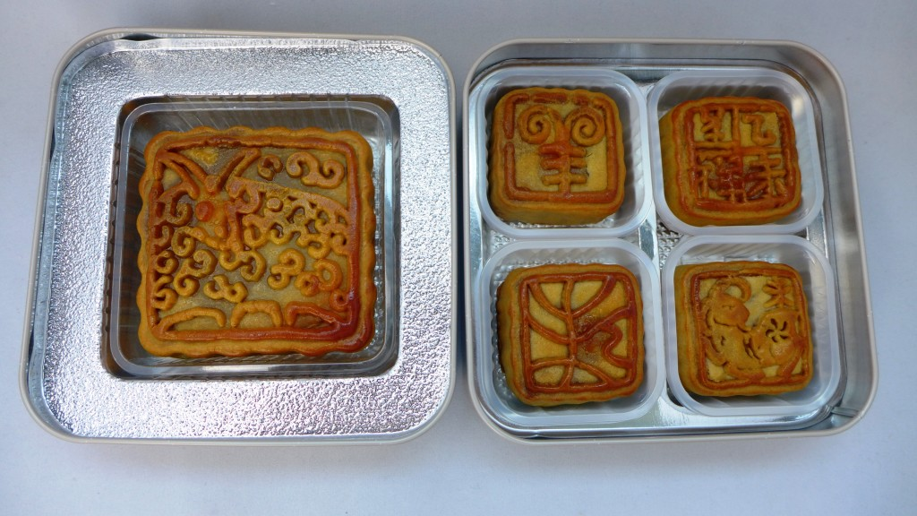 SG50 Special Lotus Paste Mooncake With Yolk.