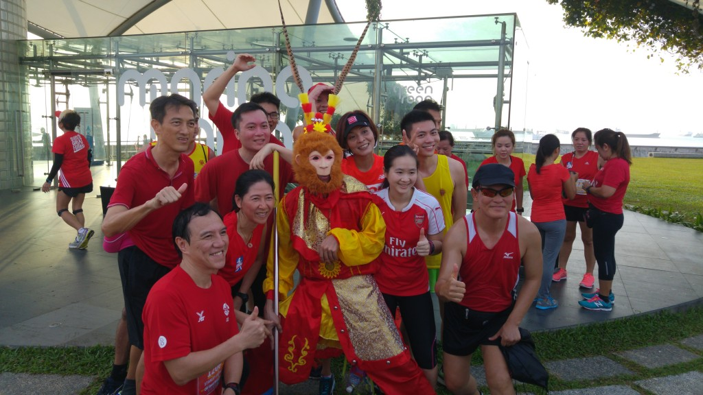 Runners and the Monkey King at Marina Barrage.