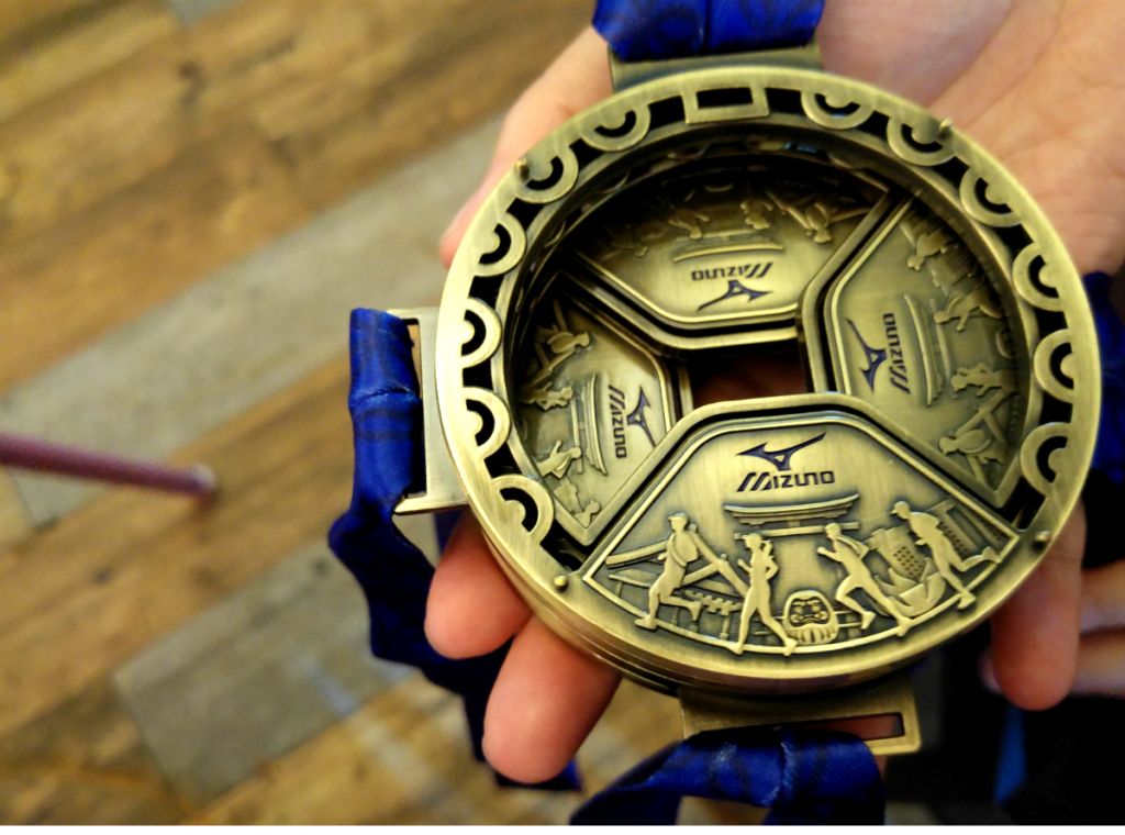 The four Mizuno Ekiden medals can be placed together to form a Japanese yen coin.