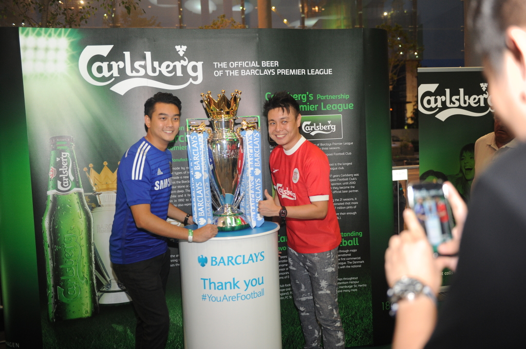 Football fans pose with the BPL trophy. (Credit: Carlsberg Singapore).