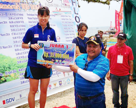 Ng wins the Sibolga Sprint Triathlon 2014.  (Photo from Sara Ng).