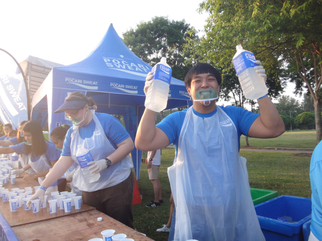 A happy volunteer at this morning's Pocari Sweat Run.