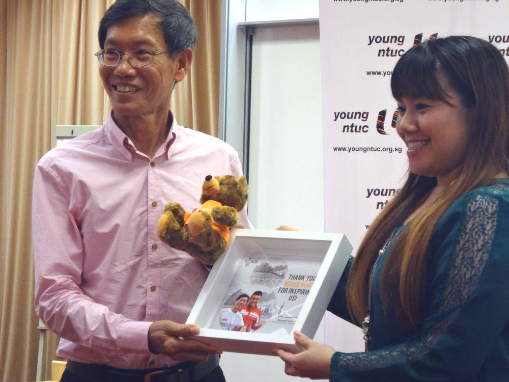 Lim receives a token of appreciation.