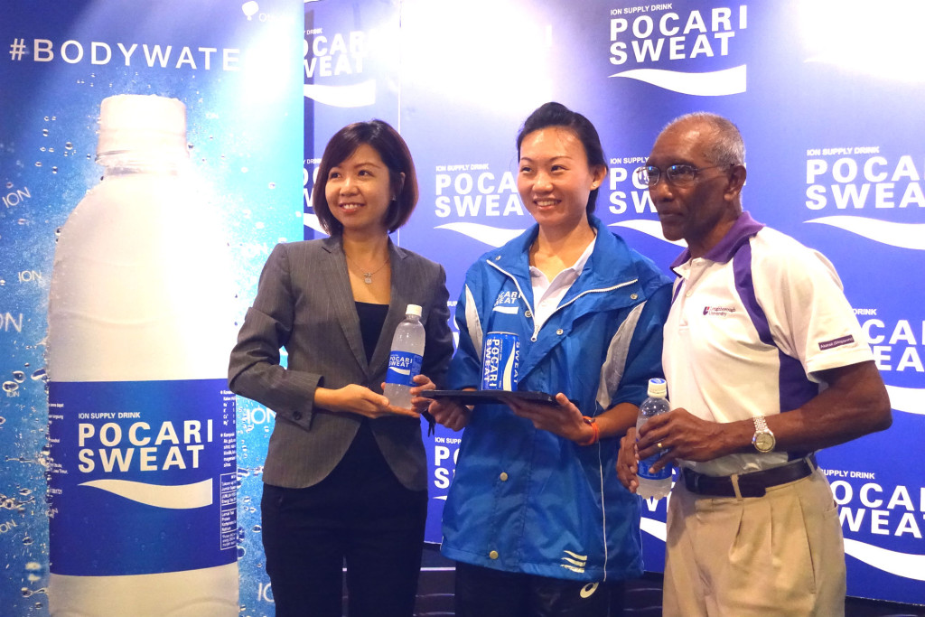 Neo (centre), pictured here with Puspita (left) from Pocari Sweat and C. Kunalan from SAA, hopes to inspire other runners to achieve their dreams.