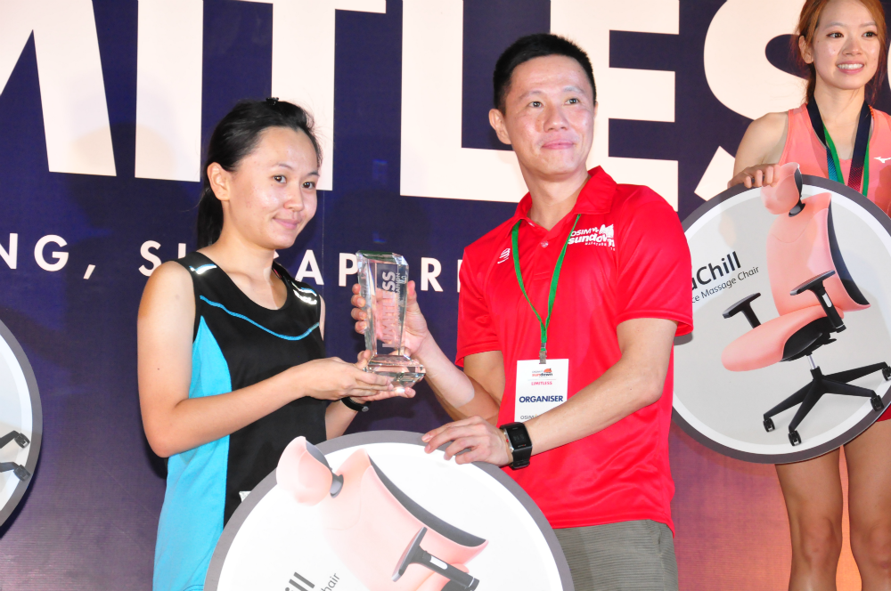 Tan receives her prize on stage.