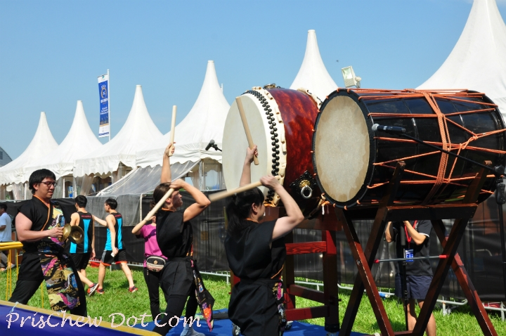 Japanese drummers entertained the runners.