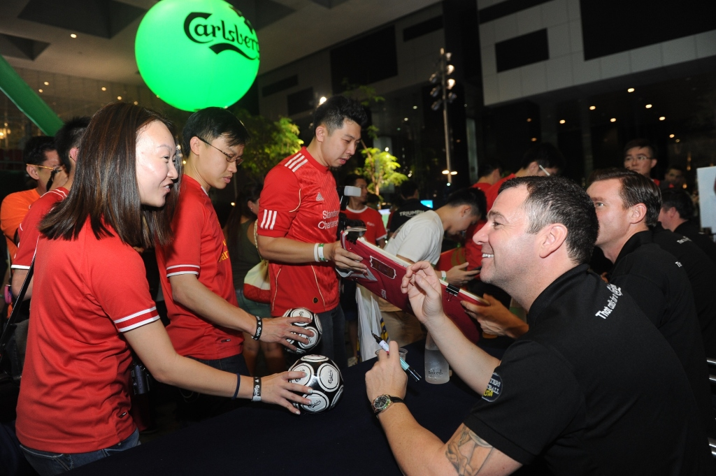 Fans clamour for photos and autographs with the Liverpool Legends. (Credit: Carlsberg Singapore).