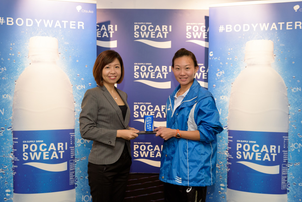 Puspita Winawati from Pocari Sweat presents Neo with a token. [Photo by Pocari Sweat]