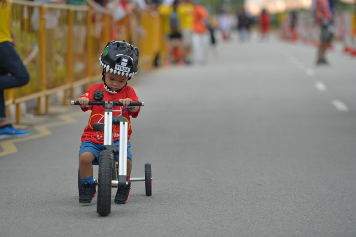 A participant of the Mighty Savers® Kids Ride (2 to 3-years-old) attempting to cycle a distance of 100m at OCBC Cycle 2016 at Singapore Sports Hub. (Photo Credit: OCBC Cycle)