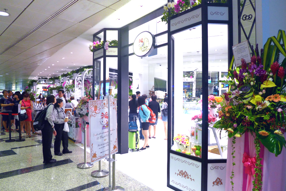 The Hello Kitty Orchid Garden Cafe Singapore has been attracting long queues since its opening.