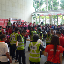 Crowds of Singaporeans congregating to welcome home the Paralympians.