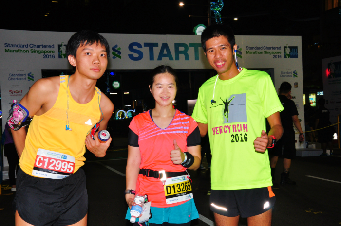 Saw elite local runner Marcus Ong (right) in the start pen.