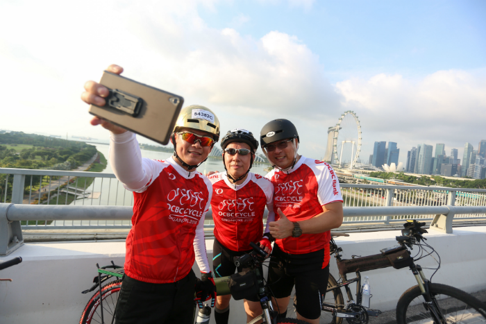 Participants stop for a selfie-taking opportunity along the Benjamin Sheares Bridge during OCBC Cycle 2016. (Photo Credit: OCBC Cycle)