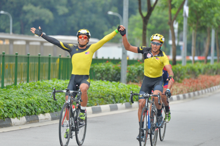 Team Malaysia cyclist Sofian Nabil Omar Bin Mohd Bakri (left) and team mate Muhammad Fauzan Bin Ahmad Lutfi (right) cruising to a comfortable victory against Philippines and Brunei in the finals of the OCBC Cycle Southeast Asia Speedway Championship at Singapore Sports Hub (Photo Credit: OCBC Cycle 2016)