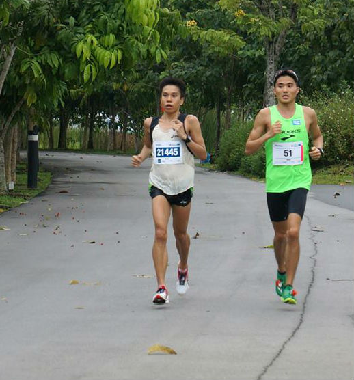 Alex Ong (left) running with Mok at StanChart 2013.