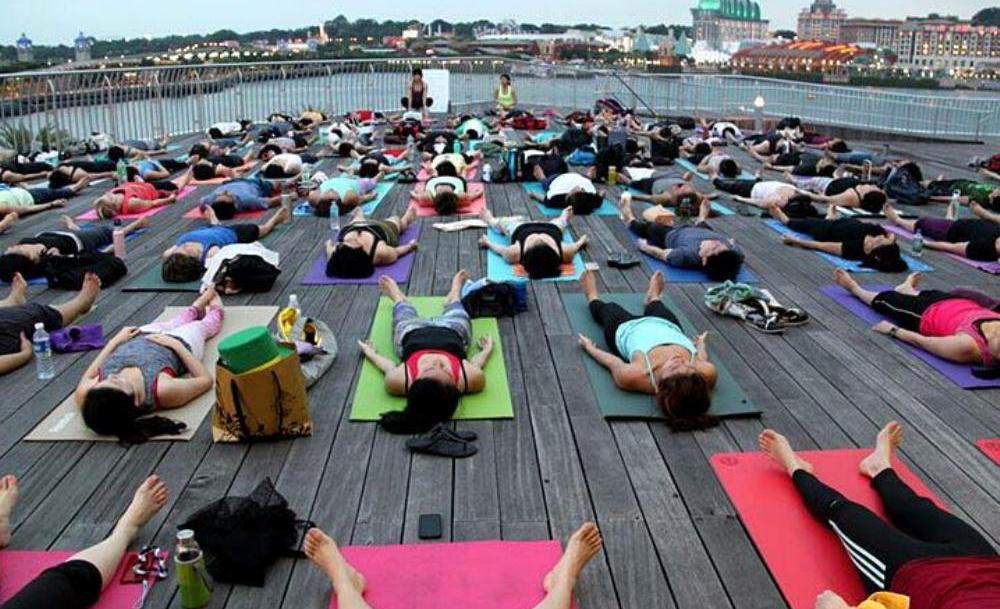 The night begins with yoga. (Photo by sg.asia-city.com)