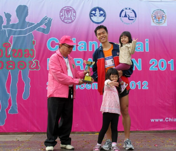 Hoong Wei and his adorable kids at the Chiang Mai Marathon (10km) 2012.