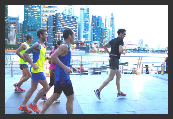 Eti (in black) leading runners past the beautiful Marina Bay waterfront. Credit: Ming Ham