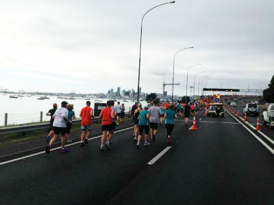 Runners are fast approaching the iconic Harbour Bridge. (Picture from Auckland Marathon).