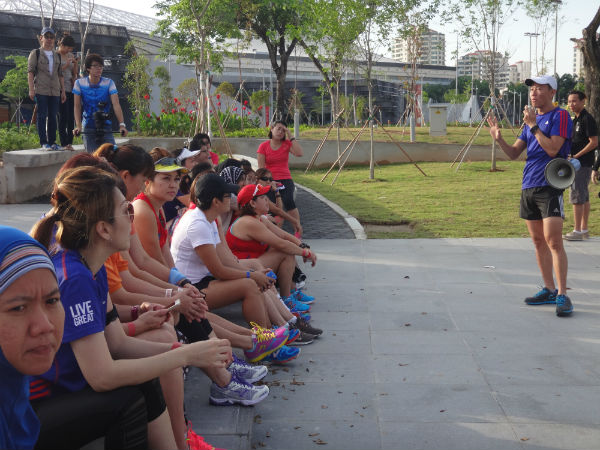 GEWR runners eagerly listening to Adrian Mok's instructions.