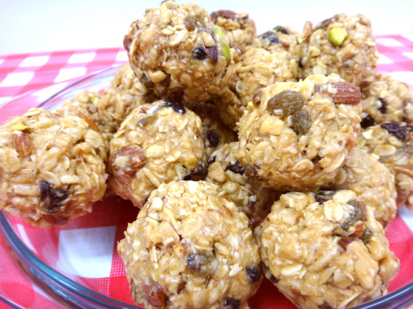 The completed nut & muesli balls.