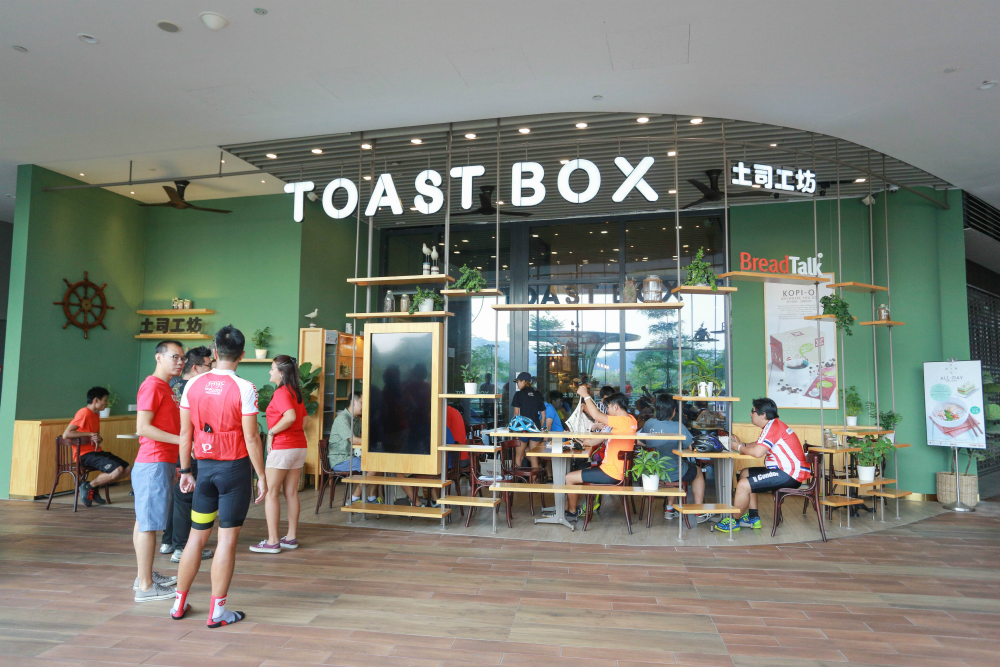 We had breakfast at the ToastBox outlet there.
