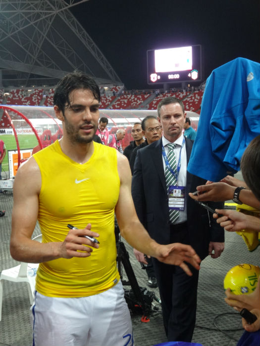 Kaka signs autographs for fans!