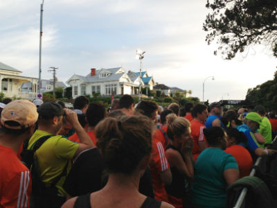 Runners crowding the starting pen for the 7am start.