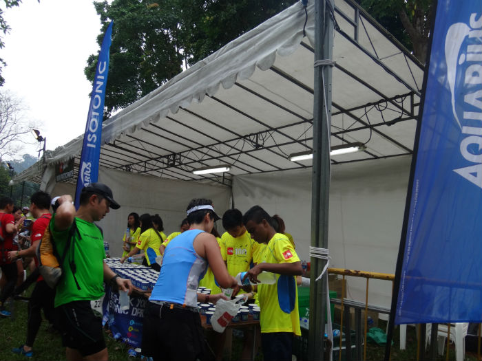 Thirsty runners grab drinks from the checkpoint.