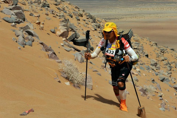 Wei Chong makes his way up a sand dune. (Credit: MDS)